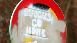 Znak na kojem piše - izbeglice, idite kući