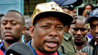 Nairobi governor Mike Sonko wearing a gold cap. April 26, 2017