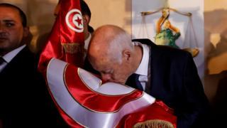 قيس سعيد يقبل العلم التونسي