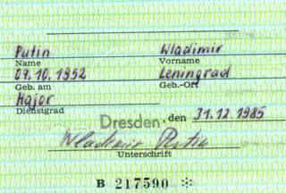 プーチン氏は身分証に、ドイツ語のつづりで「Wladimir Putin(ロシア語では最初の文字がV)」と自署していた
