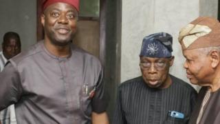 Oloye Olusegun Obasanjo ati gomina Seyi Makinde n di mọra wọn