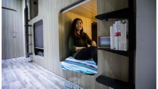 香港年輕人負擔不起租金,有些只會租住一個狹小的牀位。
