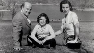 Miriam com os pais David Friedman e Hildegard, que também era sobrevivente do Holocausto