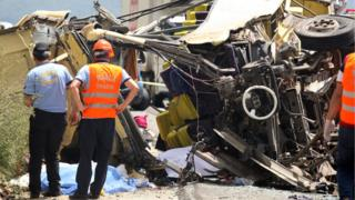 devrilen otobüsün enkazı ve kurtarma ekipleri