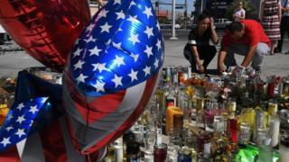 乱射事件のあったラスベガス・ストリップで被害者を悼む人たち(3日、米ネバダ州ラスベガス)