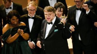 'ધ શેપ ઑફ વૉટર' ફિલ્મના ઍવૉર્ડ સ્વીકારતી વખતે ડાયરેક્ટર અને અન્ય લોકો