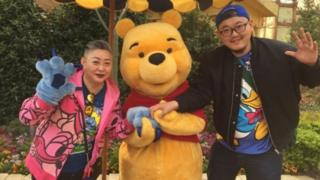 Nhà hoạt động Pu Chunmei (trái) là một trong những người dùng Sina Weibo phản đối lại lệnh cấm