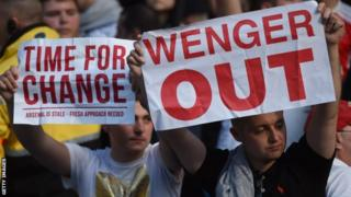 Abakunzi ba Arsenal bashaka ko Arsene Wenger yirukanwa