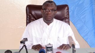 Dogiteri Denis Mukwege mu kiganiro n'abanyamakuru ku bitaro bye bya Panzi i Bukavu muri Kongo, ubwo yari amaze kumenya ko yatsindiye igihembo Nobel cy'amahoro