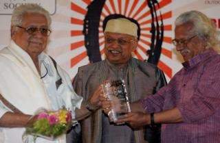 Basu Chatterjee (left) receiving an award from Adoor Gopalakrishnan in 2009
