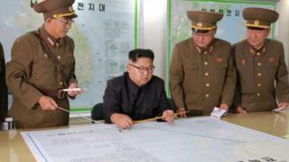 朝鮮領導人金正恩在和軍隊高層討論關島計劃