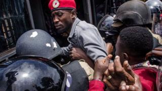 Bobi Wine uharanirra impinduka muri Uganda yafunzwe kenshi mu buryo avuga ko bunyuranyije n'amategeko