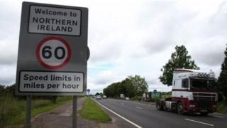 'Bem-vindo à Irlanda do Norte', diz placa na fronteira