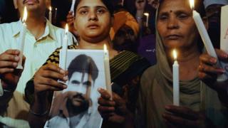 Sukhpreet Kaur (R), wife of Indian death row prisoner in Pakistan, Sarabjit Singh and Singh's daughter Swapandip