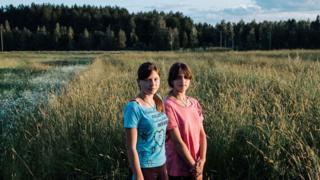 Dos niñas en el campo