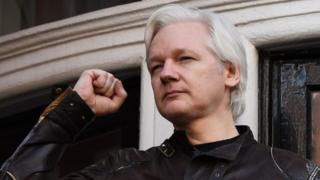 Julian Assange est placé en détention par les autorités britanniques après avoir été renvoyé de l'ambassade de l'Equateur à Londres.