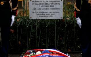 A La Bonne Biere kafesinin qarşısında qurbanların xatirəsinə lövhə asılıb