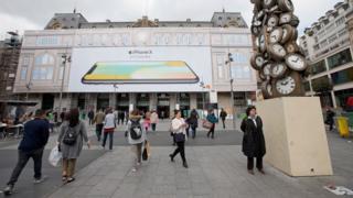 Cartel gigante en una estación de París, Francia, del nuevo iPhone X.