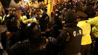 Muhafazakar aday Guillermo Lasso'nun destekçileri protesto için sokaklara döküldü