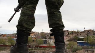Policía militar en la escena de un crimen en Ciudad Juárez, México.