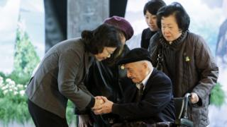 台灣總統蔡英文出席二二八紀念中樞儀式,頒發名譽回復證書。