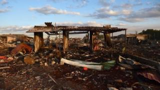 爆発で破壊された花火市場(20日)