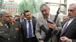 Рогозин держит в руках АК-12