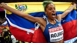 Yulimar Rojas celebra su medalla de oro.