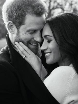 黑白照片是在浮若閣摩爾宮的空地上拍攝的,梅根穿一件白色的毛衣,她用手扶著王子的臉龐,照片突出了她的訂婚戒指。