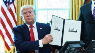 ईरान पर नए प्रतिबंधों की घोषणा करते हुए अमरीकी राष्ट्रपति डोनल्ड ट्रंप