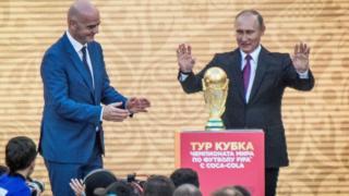 Le président Vladimir Poutine avec le président de la Fifa Gianni Infantino à Moscou