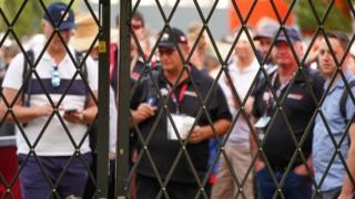 تماشاگرانی که برای مسابقات گراند پری استرالیا در ملبورن آماده شده بودند دلسرد شده اند