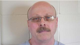کاری دین مور در سال ۱۹۷۹ دو راننده تاکسی را به قتل رسانده بود و حالا خود خواستار اجرای حکم اعدامش شده بود