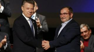 Presidente de Colombia Juan Manuel Santos junto al líder de las FARC, Timochenko.