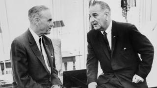 Tổng thống Mỹ Lyndon B. Johnson và Đại sứ Mỹ ở Nam Việt Nam Maxwell Taylor năm 1965