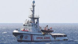 این پناهجویان از دو هفته پیش، پس از نجات در آبهای لیبی در این کشتی هستند