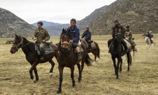 Участники традиционной тюркской конной игры бузкаши