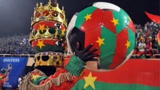 Un supporter du Burkina tenant un gros ballon aux couleurs de son pays