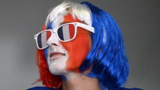 Девојка с лицем француске заставе