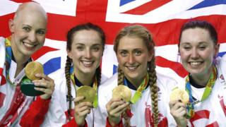Ciclistas británicas posan con sus medallas de oro