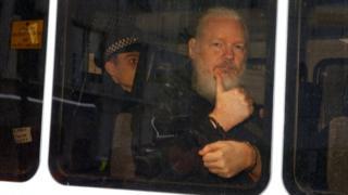 11일 줄리언 어산지는 영국 런던 주재 에콰도르 대사관에서 체포됐다