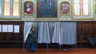 Le président Macron demande aux électeurs de lui accorder une majorité confortable