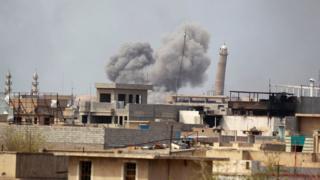 تصاعد ألسنة الدخان جراء المعارك في الموصل