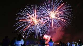 Abu Dhabi'deki Yas Adası'nda Ramazan Bayramı havai fişeklerle kutlandı. Kutlamalar Orta Doğu ve Afrika ülkelerinde Pazartesi, İngiltere ve diğer Avrupa ülkelerinde ise Salı günü başladı