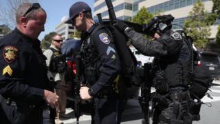 Policajaci se spremaju u uđu u zgradu Jutjuba