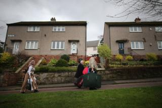 Photo of Syrian refugees arrive in the Isle of Bute in December 2015