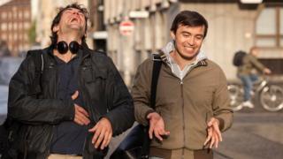 رجلان يضحكان