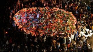 акция памяти жертв террористического нападения в барселоне