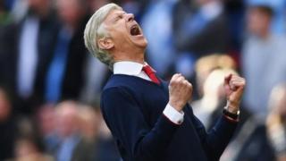 Arsene Wenger akiishangilia timu yake baada ya kuibandua Manchester City katika kombe la FA
