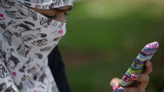 मोबाइल इस्तेमाल कर रही युवती